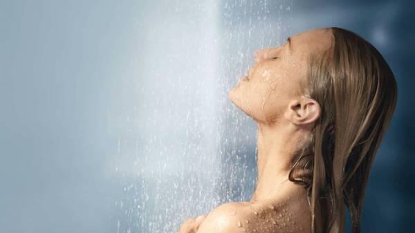 Bệnh nhân vô tình thấy ngực xuất hiện nhiều dấu hiệu bất thường. Ảnh: BreakingNews